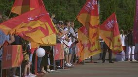 Leute-Warterelais des Feuers mit Flamme des Friedens vor 2. europäischen Spielen 2019 in MINSK BOBRUISK, WEISSRUSSLAND 06 03 19 stock video