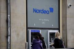 LEUTE WECHSELN AN NORDEA-BANK-ATM EIN Lizenzfreies Stockbild