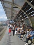 Leute, welche auf die Tram in der Obor-Tramstation in Bukarest, Rumänien am 13. September 2015 warten Stockfotografie