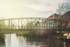 Leute, welche die alte Ducrot-passarelle Brücke auf einem warmen winte kreuzen lizenzfreies stockfoto