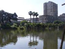 Leute, welche die andere Seite vom Nil durch Schiff im maadi Kairo kreuzen Stockbilder