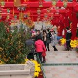 Leute, welche die Dekoration des Chinesischen Neujahrsfests in einem Park besuchen Stockfoto