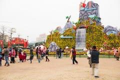 Leute, welche die Dekoration des Chinesischen Neujahrsfests in einem Park besuchen Stockfotos