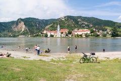 Leute, welche die Donau in Durnstein, Wachau, Österreich genießen Lizenzfreie Stockfotografie