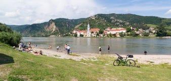Leute, welche die Donau in Durnstein, Wachau, Österreich genießen Stockbilder