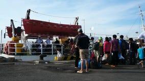 Leute, welche die Fähre verschalen, um zu gehen, Dao-Insel hereinzulegen stock video