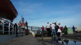 Leute, welche die Fähre verschalen, um zu gehen, Dao-Insel hereinzulegen stock video footage