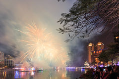 Leute, welche die Feuerwerke für das chinesische neue Jahr in dem Liebes-Fluss von Kaohsiung aufpassen Stockbild