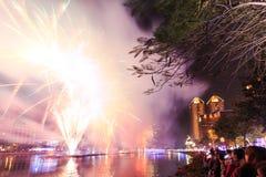 Leute, welche die Feuerwerke für das chinesische neue Jahr in dem Liebes-Fluss von Kaohsiung aufpassen Lizenzfreie Stockbilder