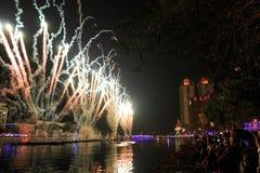 Leute, welche die Feuerwerke für das chinesische neue Jahr in dem Liebes-Fluss von Kaohsiung aufpassen Stockfotografie