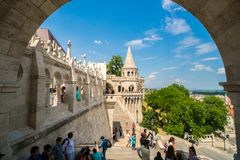 Leute, welche die Fischer ` s Bastion in Budapest, Ungarn besichtigen Stockbilder