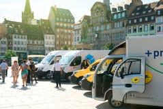 Leute, welche die Flotte von elektrischen Fahrzeugen der Postoper bewundern Lizenzfreies Stockbild