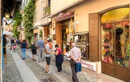 Leute, welche die historische Mitte des alten Dorfs von Orta San Giulio, gelegen auf der Küste von See Orta in Piemont, Italien b lizenzfreies stockfoto