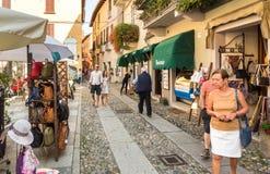 Leute, welche die historische Mitte des alten Dorfs von Orta San Giulio, gelegen auf der Küste von See Orta in Piemont, Italien b lizenzfreie stockfotos