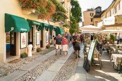 Leute, welche die historische Mitte des alten Dorfs von Orta San Giulio, gelegen auf der Küste von See Orta in Piemont, Italien b stockbild