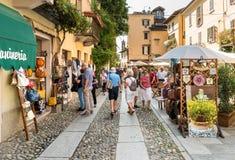 Leute, welche die historische Mitte des alten Dorfs von Orta San Giulio, gelegen auf der Küste von See Orta in Piemont, Italien b lizenzfreie stockfotografie