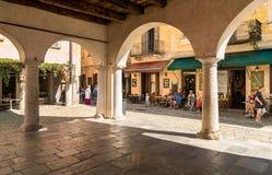 Leute, welche die historische Mitte des alten Dorfs von Orta San Giulio, gelegen auf der Küste von See Orta in Piemont, Italien b stockbilder