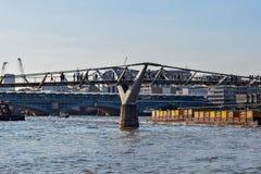 Leute, welche die Jahrtausend-Brücke über der Themse kreuzen stockfotografie