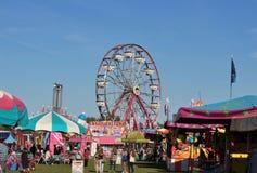 Leute, welche die Mitte bei Lindsay Exhibition Fairgrounds im September Lindsay Ontario Canada genießen lizenzfreies stockbild