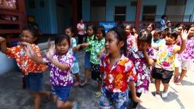 Leute, welche die Parade feiern Kinder Songkran (thailändisches Festival des neuen Jahres/Wasser), die das Festival in der Schule stock video footage
