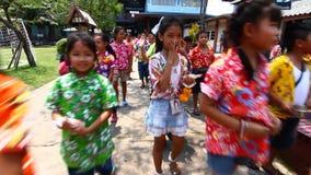 Leute, welche die Parade feiern Kinder Songkran (thailändisches Festival des neuen Jahres/Wasser), die das Festival in der Schule stock footage