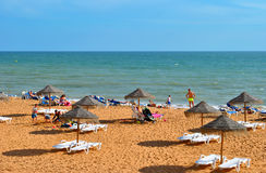 Leute, welche die Sonne auf Albufeira-Strand genießen Stockfotos