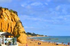 Leute, welche die Sonne auf Albufeira-Strand genießen Lizenzfreie Stockfotos