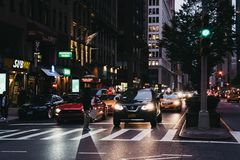 Leute, welche die Straße auf einem Zebrastreifen in New York, USA, a kreuzen lizenzfreie stockbilder