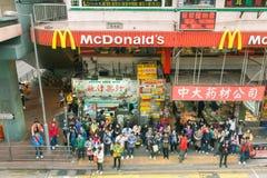Leute, welche die Straße, Hong Kong kreuzen Stockbild