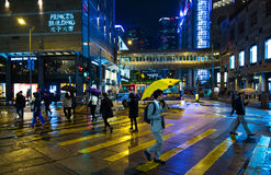 Leute, welche die Straße, Hong Kong kreuzen Lizenzfreie Stockfotografie