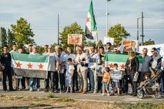 Leute, welche die syrischen Luftangriffe auf Duma kündigen Stockbild