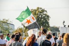 Leute, welche die syrischen Luftangriffe auf Duma kündigen Stockfoto