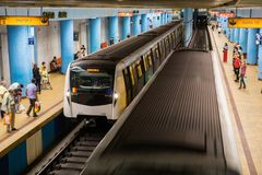 Leute, welche die U-Bahn, Bukarest nehmen lizenzfreie stockbilder
