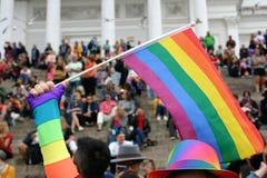 Leute werden auf den Schritten von Helsinki-Kathedrale erfasst, um auf die Stolzparade zu warten, um zu beginnen lizenzfreie stockfotos