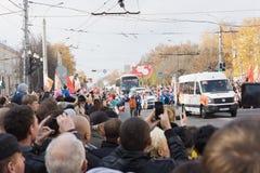 Leute willkommener Torchbearer, der die olympische Flamme in Tver nahm Lizenzfreies Stockbild