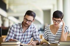 Leute, Wissen, Bildung und Schulkonzept lizenzfreie stockfotografie