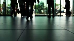 Leuteankünfte/Abfahrt hastes im internationalen Flughafen stock footage