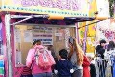 Leuteanordnung für kaufende Karte am Karneval Lizenzfreies Stockfoto