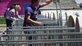 Leutearbeit am Kuhbauernhof stock footage