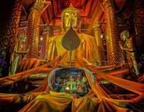 Leutearbeit mit Stoff auf Buddha Stockfoto
