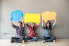Leuteasiat von jungen und erwachsenen Leuten überblicken Einschätzungs-Analyse-Feedback-Ikone lizenzfreie stockfotos