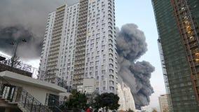 Leuteaussehung wie ein Haus brennt Umweltkatastrophe in der Stadt Verseuchung der Umwelt und der Strahlung häuser stock footage