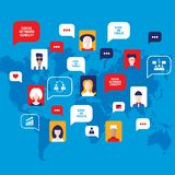 Leuteavataras Konzept des Sozialen Netzes mit Rede sprudelt Geschäftsikonen für Netz auf Weltkartehintergrund Lizenzfreie Stockfotografie