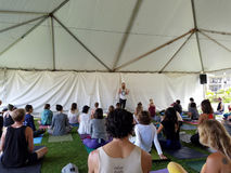 Leutebalance während Acroyoga-Klasse im Freien Lizenzfreie Stockfotos