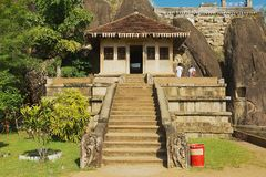 Leutebesuch Isurumuniya-Felsentempel in Anuradhapura, Sri Lanka Stockbild