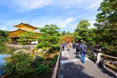 Leutebesuch Kinkakuji-Tempel, Kyoto Lizenzfreie Stockfotografie
