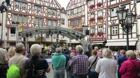 Leutebesuchsweinfestival in Bernkastel in Mosel-Fluss Musikband, die Konzert am Marktplatz gibt stock video footage