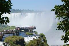 Leutebetrachtung Teufel-Kehle in Iguazu Falls Lizenzfreie Stockfotografie