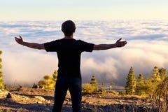 Leuteblick auf die Wolken Stockbild