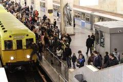 Leuteblickweinlese-U-Bahnautos Stockbild